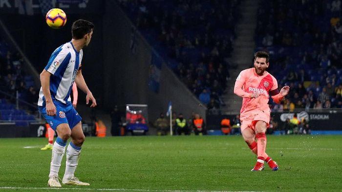 Lionel Messi bikin dua gol tendangan bebas kala melawan Espanyol. (Foto: Albert Gea/Reuters)