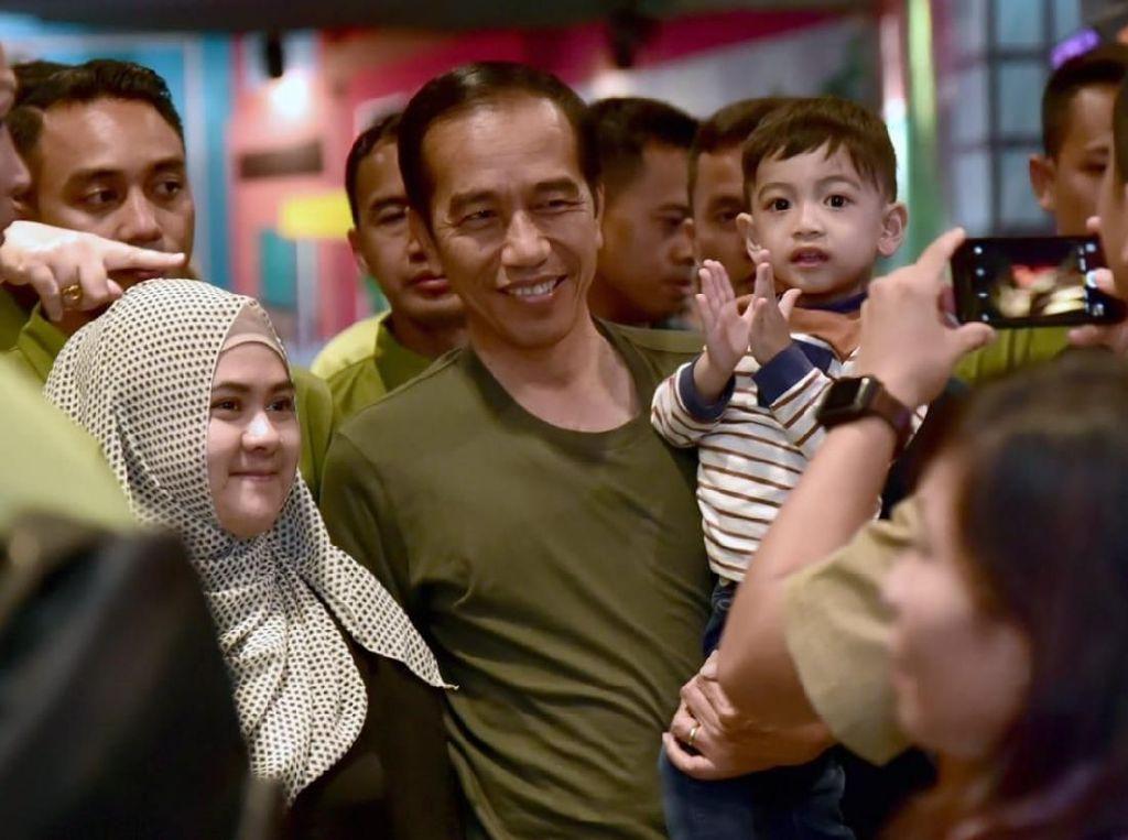 Video: Tingkah Menggemaskan Jan Ethes Ganggu Jokowi