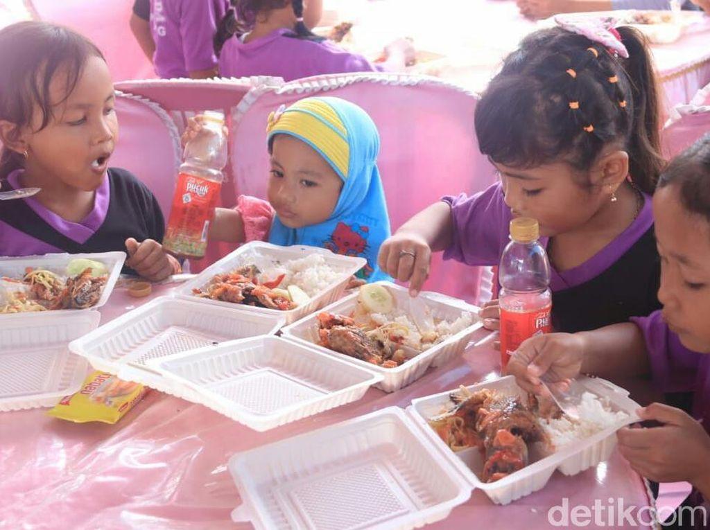Gerakan Gemar Ikan, Anak-anak Banyuwangi Makan Ikan di Pantai