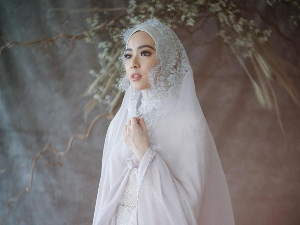 Resmi Menikah, Ini 10 Gaya Lindswell Kwok Pakai Gaun Pengantin Syari