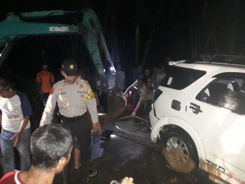Terobos Banjir, Mobil di Bangka Belitung Terseret ke Sungai