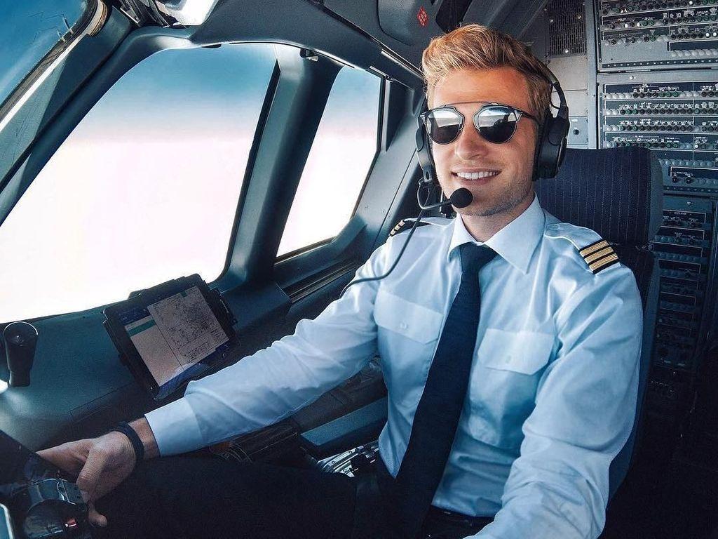 Potret Pilot Ganteng yang Senang ke Pantai