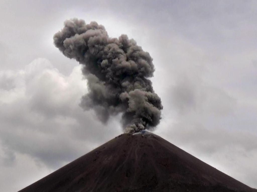 Gunung Anak Krakatau Meletus