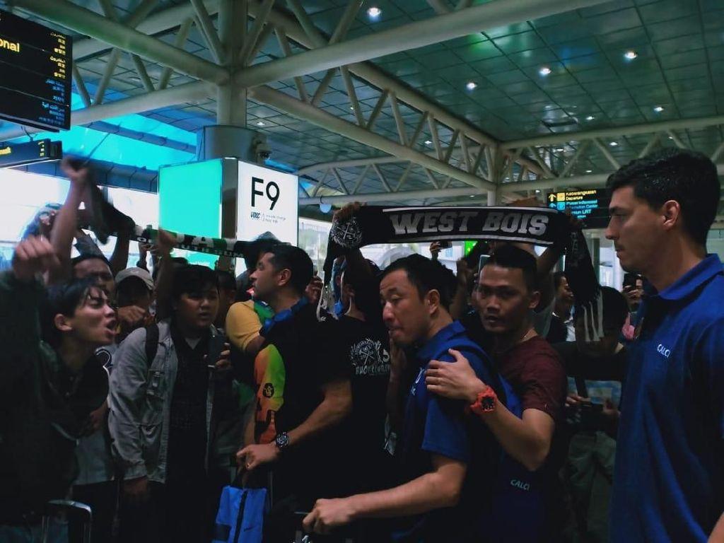 Tiba di Palembang, Pemain Sriwijaya FC Disambut Air Mata Suporter