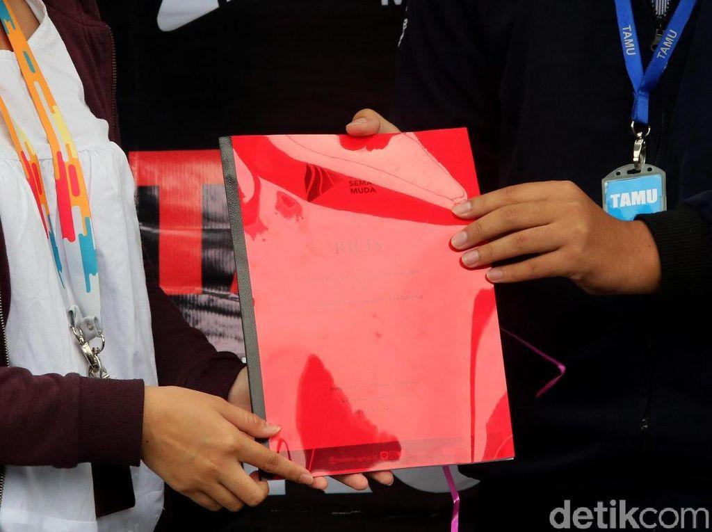Buku Merah Jadi Kado dari Mahasiswa untuk KPK