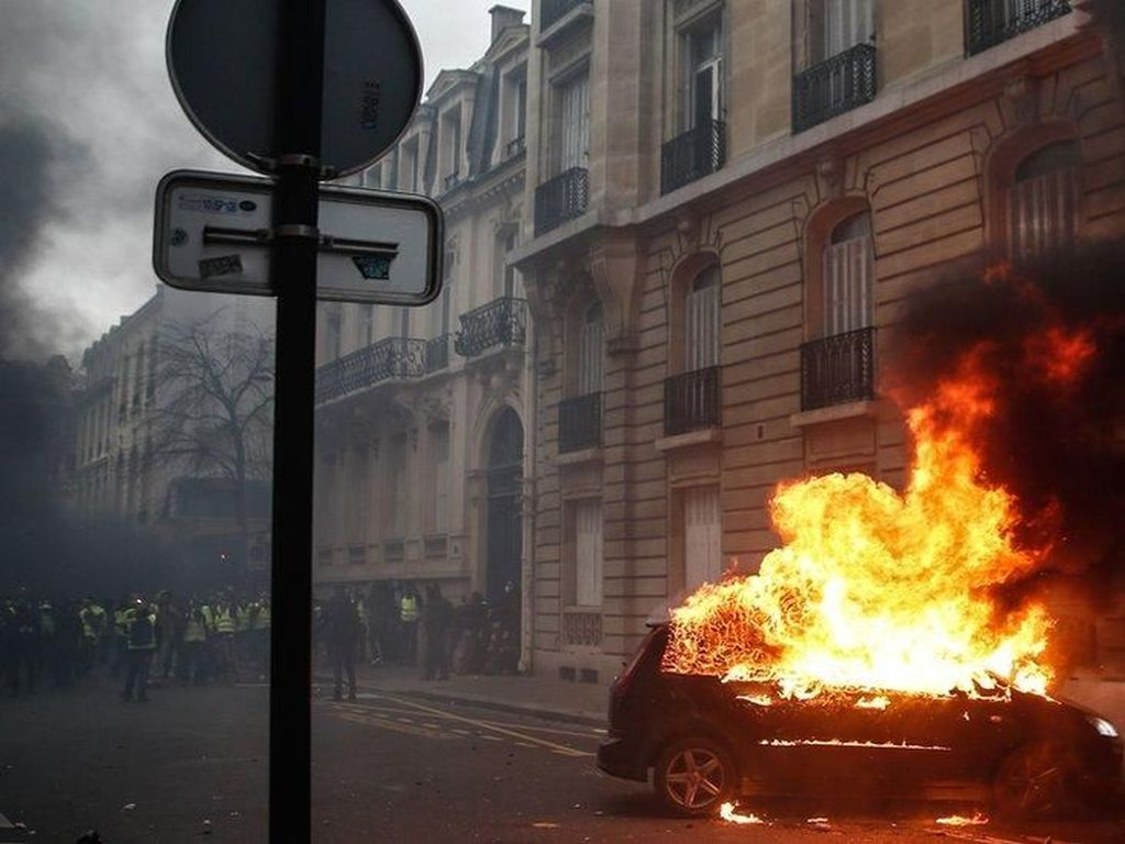 Unjuk Rasa Tolak Jam Malam di Belanda Ricuh: Mobil Dibakar-Toko Dijarah