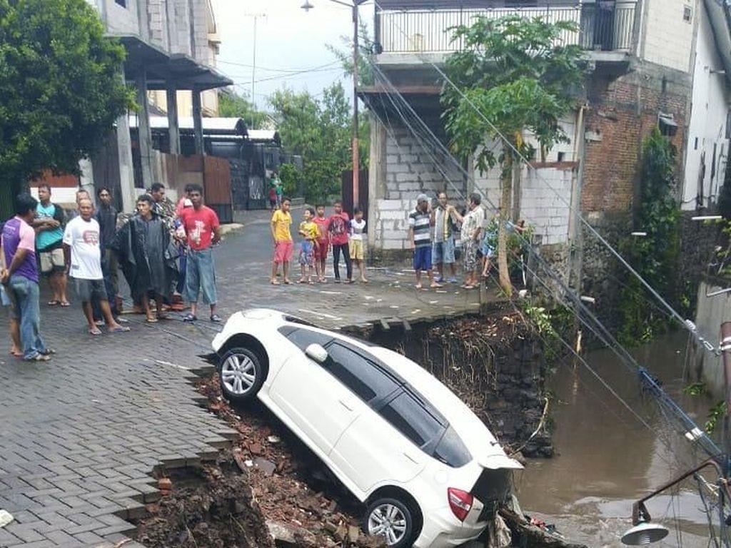 Dampak Hujan di Kota Malang: Jalanan Banjir Hingga Mobil Hanyut