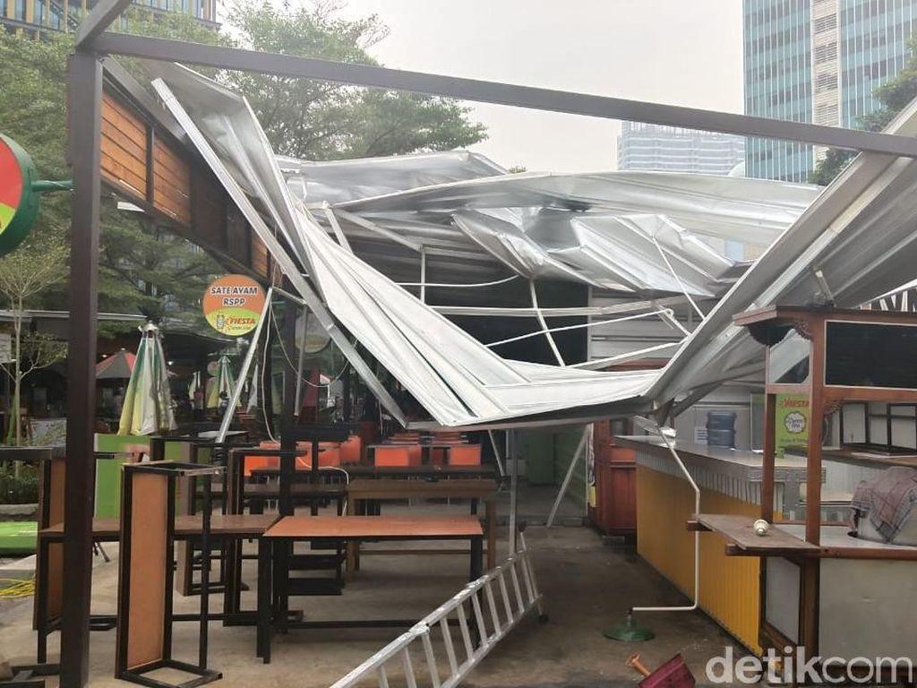 Foto: Atap Rasuna Garden Rusak Diterbangkan Angin Kencang