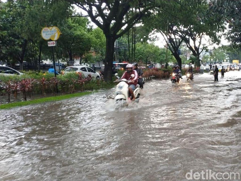 Kota Malang 1 Jam Diguyur Hujan, Jalan Tertutup Air Bagai Sungai