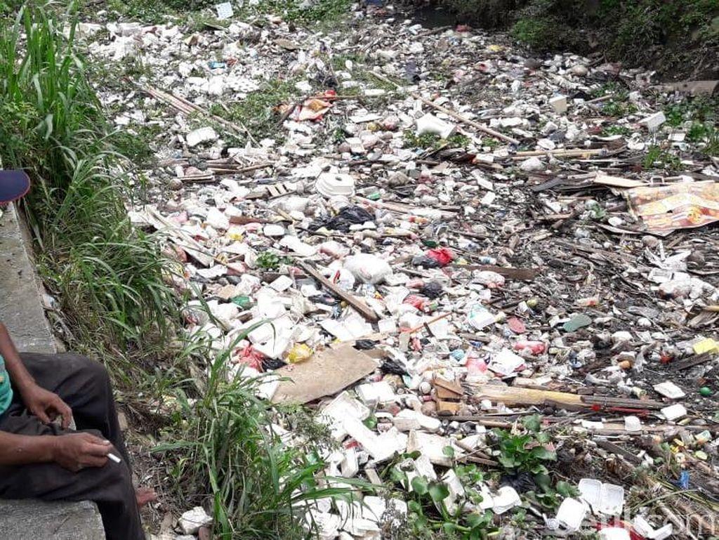Tumpukan Sampah di Kali Unisma Bekasi Capai 4 Ton