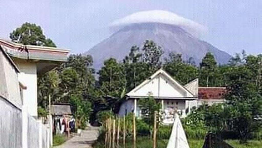 Penampakan Gunung Semeru Bertopi Awan