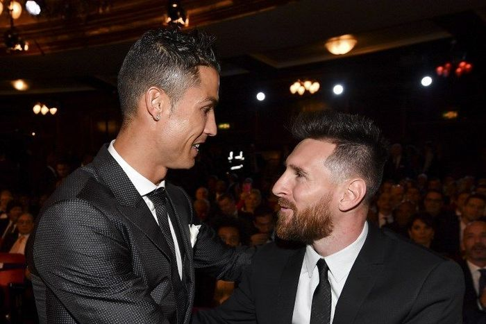 Nominees for the Best FIFA football player, Barcelona and Argentina forward Lionel Messi (R) and Real Madrid and Portugal forward Cristiano Ronaldo (L) chat before taking their seats for The Best FIFA Football Awards ceremony, on October 23, 2017 in London. (Photo by Ben STANSALL / AFP)