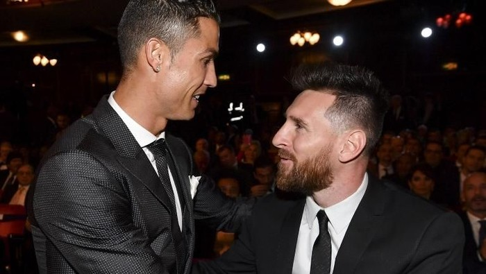 Nominees for the Best FIFA football player, Barcelona and <a href='https://manado.tribunnews.com/tag/argentina' title='Argentina'>Argentina</a> forward <a href='https://manado.tribunnews.com/tag/lionel-messi' title='LionelMessi'>LionelMessi</a> (R) and Real Madrid and <a href='https://manado.tribunnews.com/tag/portugal' title='Portugal'>Portugal</a> forward <a href='https://manado.tribunnews.com/tag/cristiano-ronaldo' title='CristianoRonaldo'>CristianoRonaldo</a> (L) chat before taking their seats for The Best FIFA Football Awards ceremony, on October 23, 2017 in London. (Photo by Ben STANSALL / AFP)