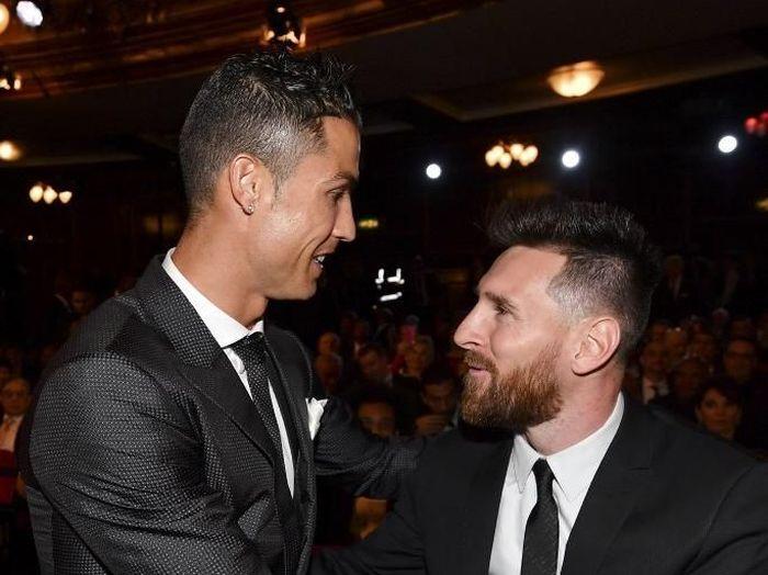 Cristiano Ronaldo menantang Lionel Messi main di Italia. (Foto: Ben Stansall/AFP Photo)
