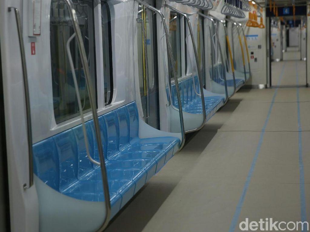 2 Selebgram Minta Maaf soal Foto Injak Kursi MRT
