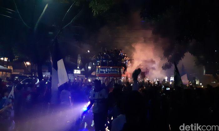 Bobotoh turun ke jalan merayakan keberhasilan Persib Bandung U-16 menjuarai Liga 1 2018.