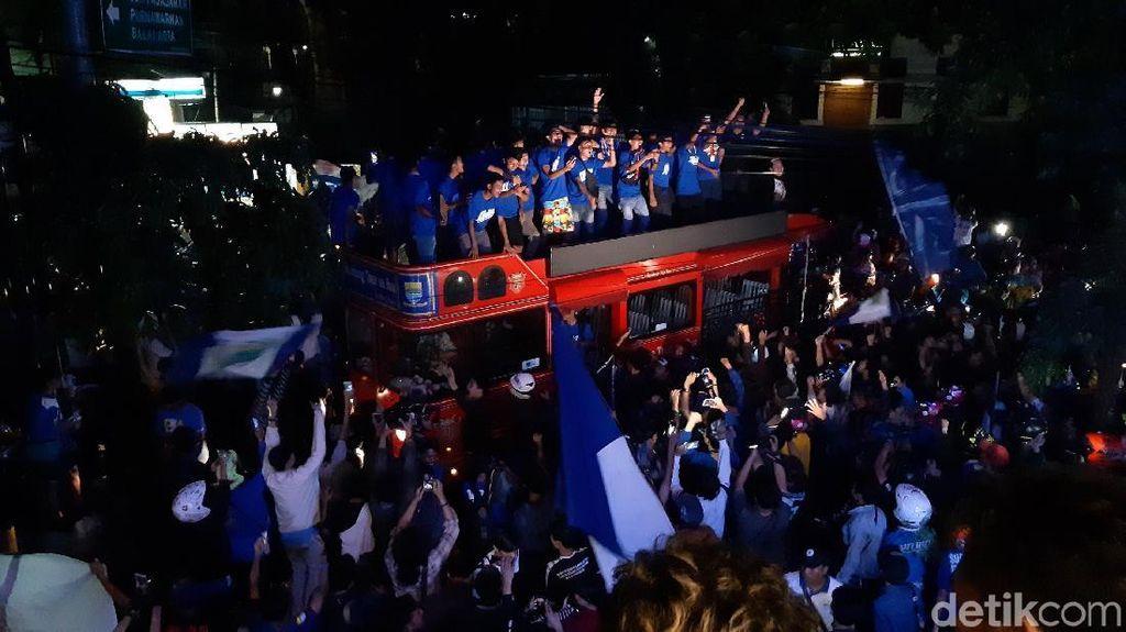 Video: Gegap Gempita Bobotoh Rayakan Suksesnya Persib U-16 & U-19