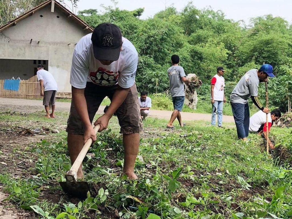 Bersih-bersih Lingkungan ala Relawan Jokowi