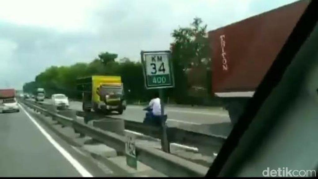 Bahaya Banget, Pemotor Lawan Arus di Tol Tidak Pakai Helm