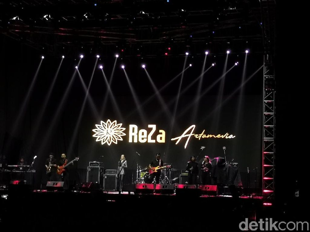 Reza Artamevia Buka Konser Michael Learns to Rock