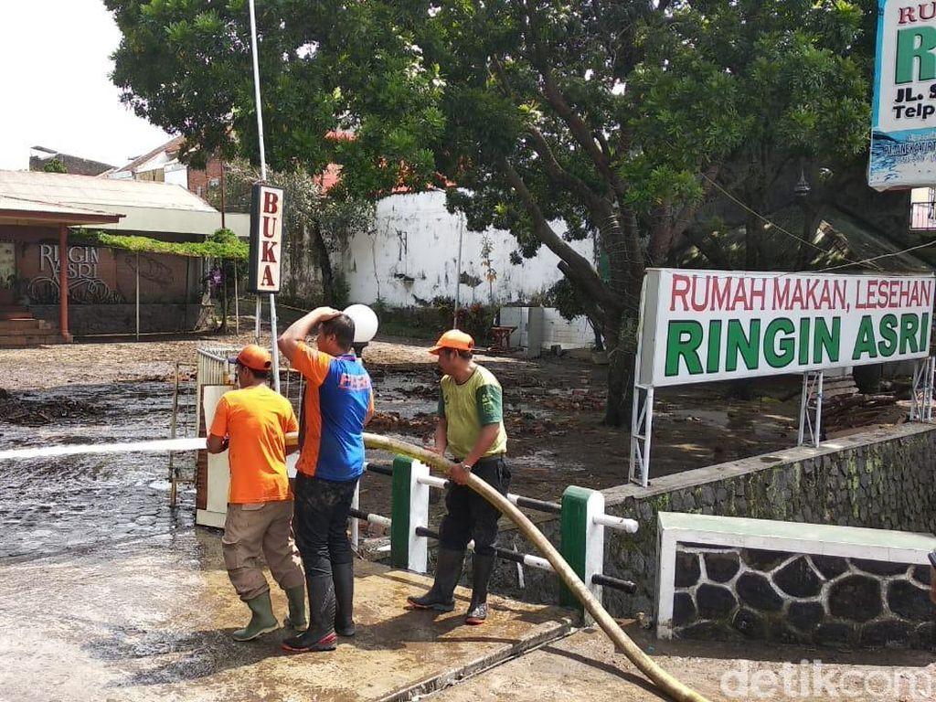 Petugas Mulai Bersihkan Dampak Banjir di Kota Malang