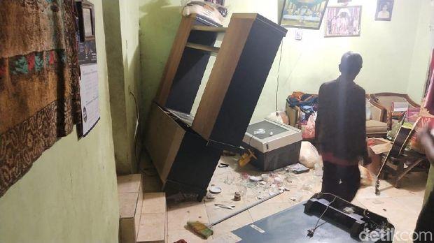 Rumah orang tua terduga pengeroyok anggota TNI dirusak.