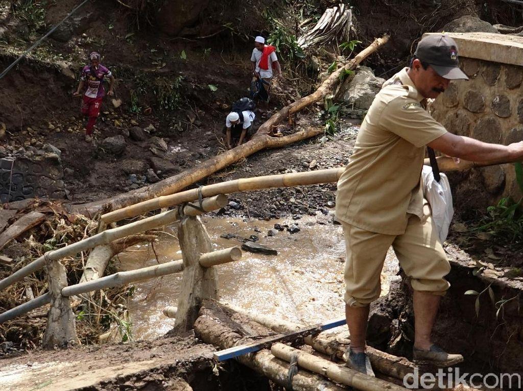Petugas Gabungan Buka Jalur Isolasi Banjir Bandang di Probolinggo