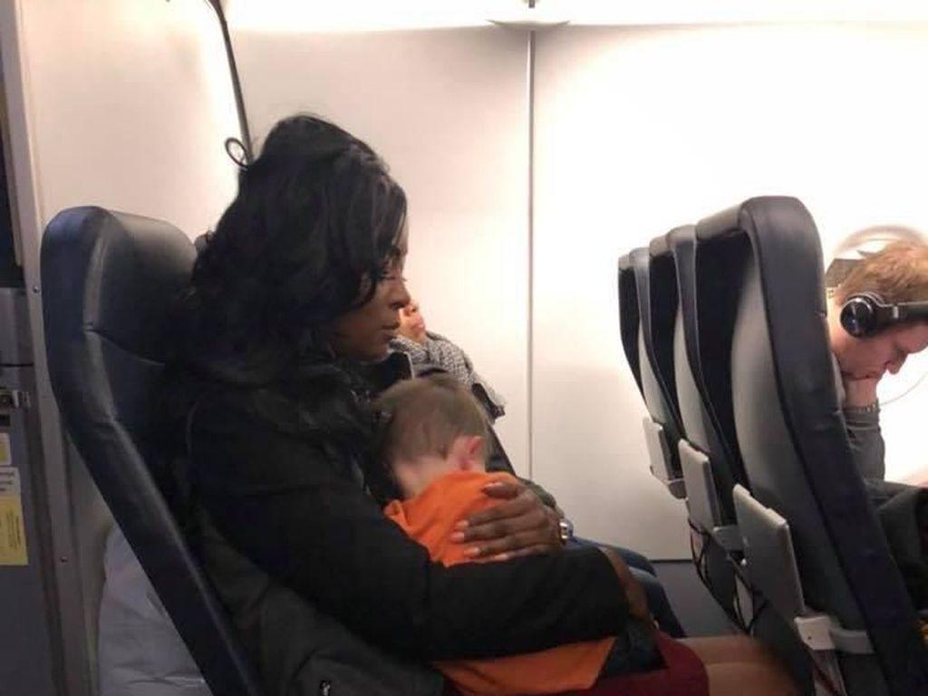 Kisah Ibu yang Bertemu Malaikat di Pesawat
