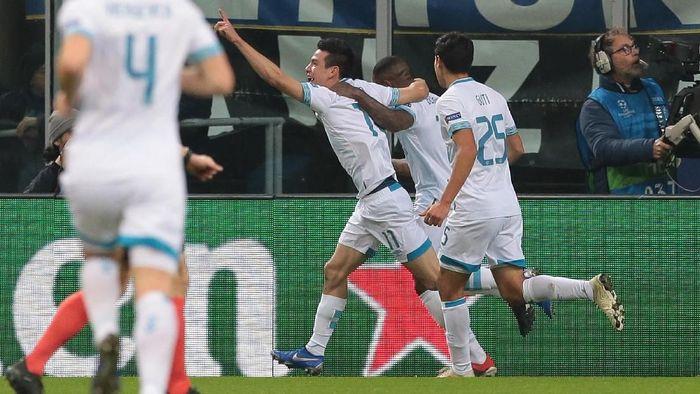 Pemain PSV merayakan gol ke gawang Inter Milan yang dilesakkan Hirving Lozano. (Foto: Emilio Andreoli/Getty Images)