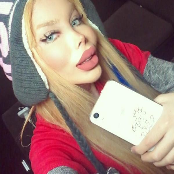 Sanaztt punya bibir yang sangat tebal. Ketebalan bibirnya sudah tak lazim lagi. Foto: Instagram (@Sanaztt)