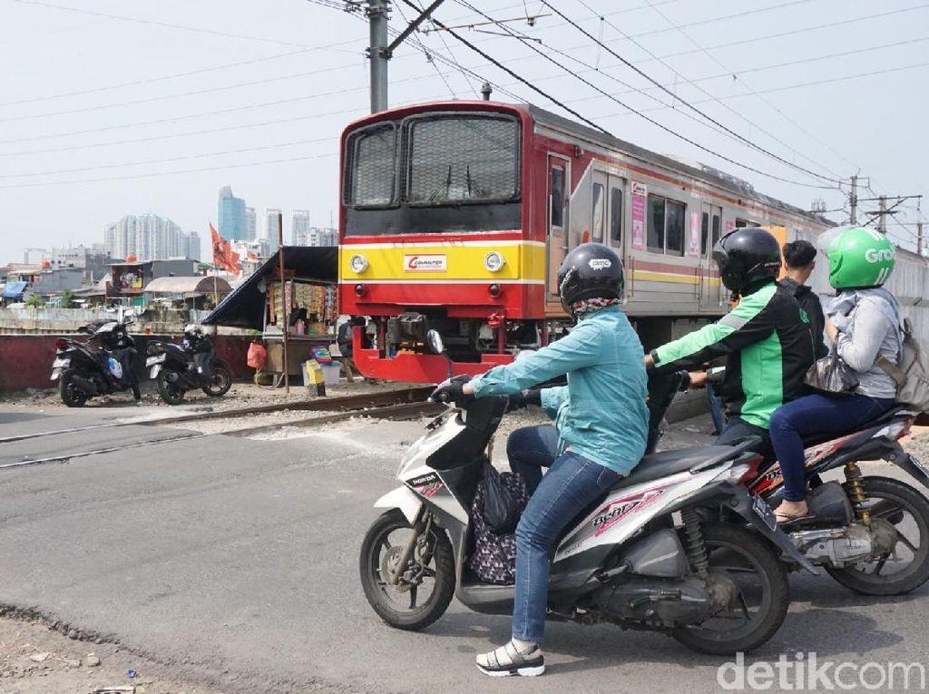 Ramai Kendaraan, Tapi Perlintasan Kereta di Tambora Tak Berpalang