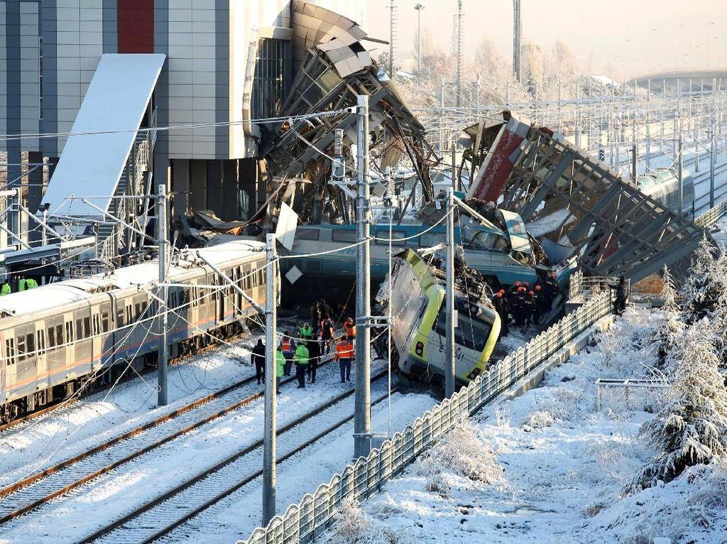 Korban Tewas Kecelakaan Kereta Cepat di Turki Bertambah Jadi 9 Orang