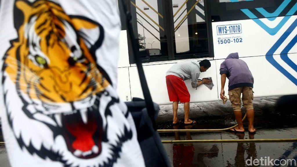 Aksi The Jakmania Cuci Bersih Bus TransJakarta