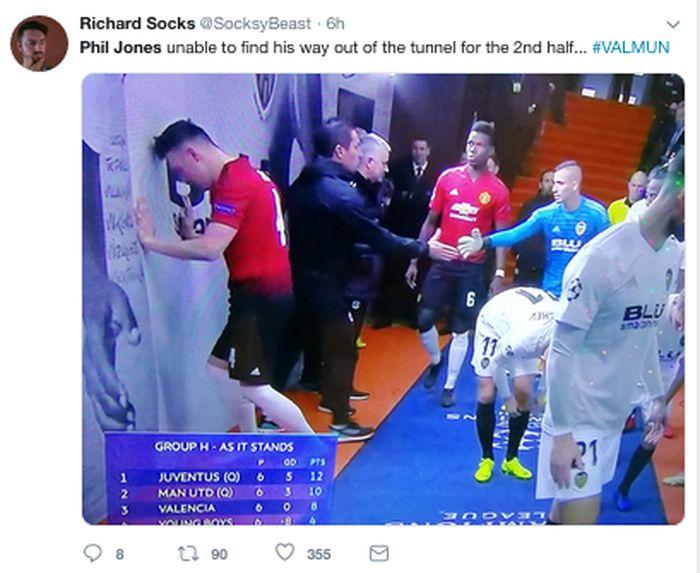 MU menelan kekalahan 1-2 saat melawan Valencia di Mestalla, Kamis (13/12/2018) dinihari WIB. Phil Jones mncetak gol bunuh diri, dia sampai diejek tak bisa menemukan jalan ke lapangan di babak kedua. (Foto: Internet/Twitter)