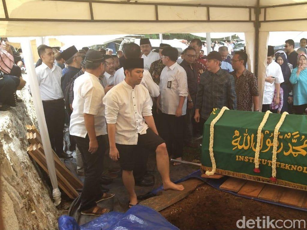 Ditemani Arumi, Emil Dardak Kuburkan Adik di TPU Tanah Kusir
