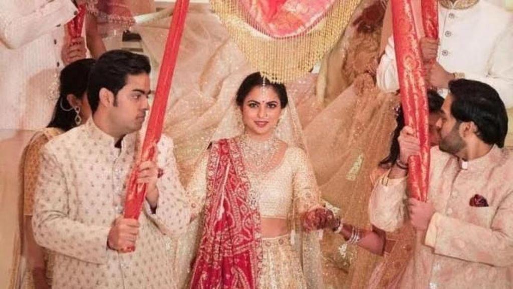 4 Gaya Isha Ambani, Putri Orang Terkaya Asia di Hari Pernikahannya