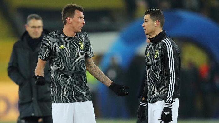 Duo maut di lini depan Juventus, Mario Mandzukic dan Cristiano Ronaldo, diandalkan oleh Massimiliano Allegri musim ini. (REUTERS/Denis Balibouse)
