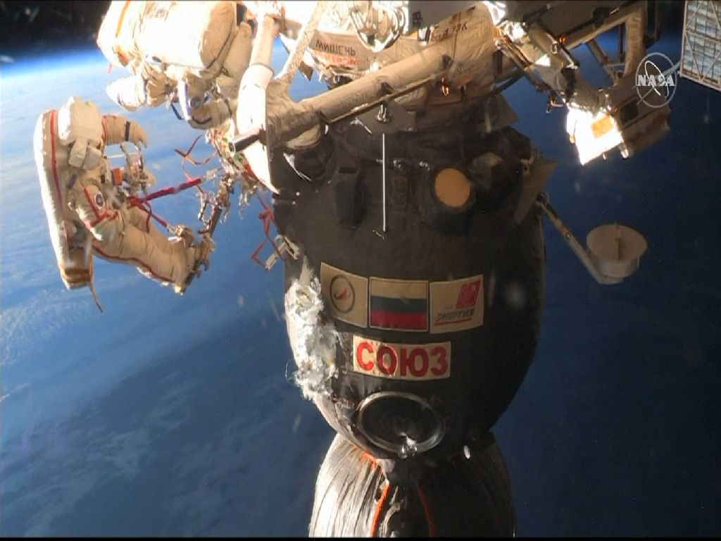 Melihat Astronaut Memperbaiki Pesawat Luar Angkasa