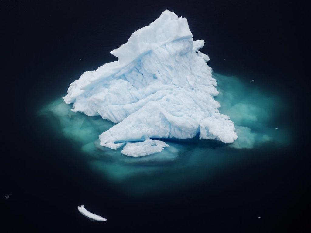Ilmuwan AS: Hampir Seluruh Lapisan Es Paling Tebal di Arktik Mencair