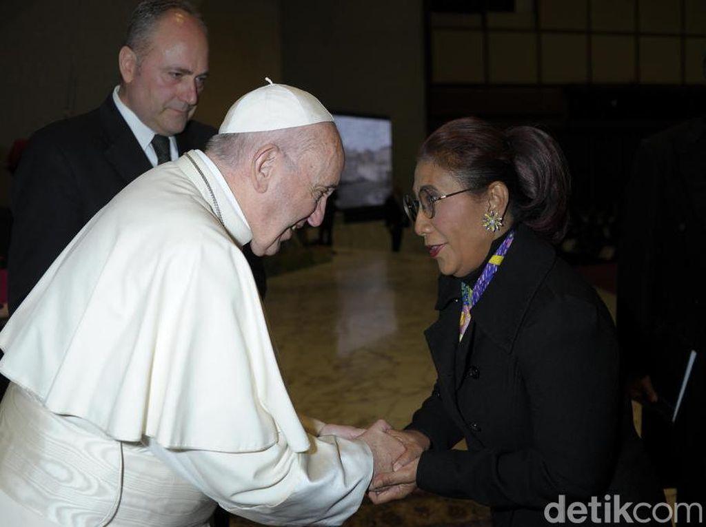 Momen Langka! Susi Bertemu Paus di Vatikan