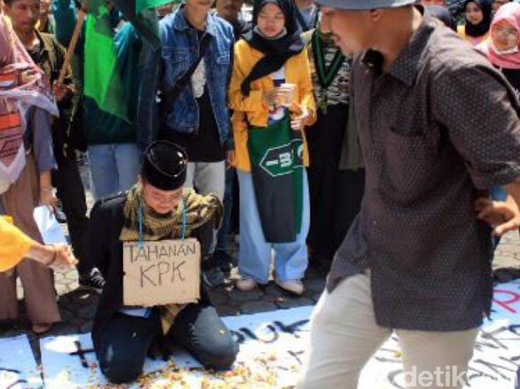 Mahasiswa Tabur Bunga dan Copot Spanduk Bupati Cianjur