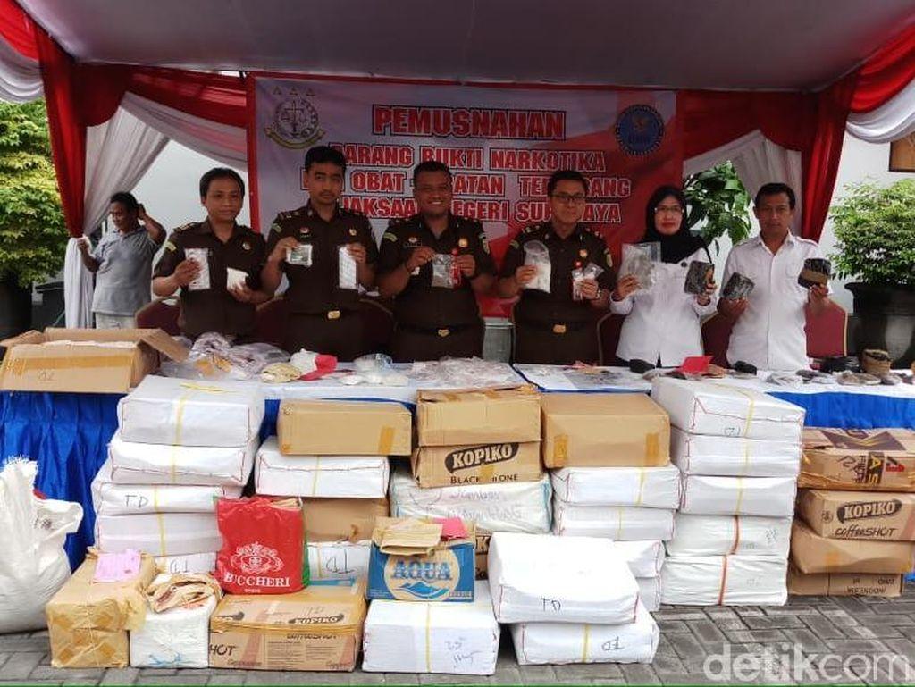 Kejari Surabaya Musnahkan Barang Bukti Narkoba dan Alat Isap