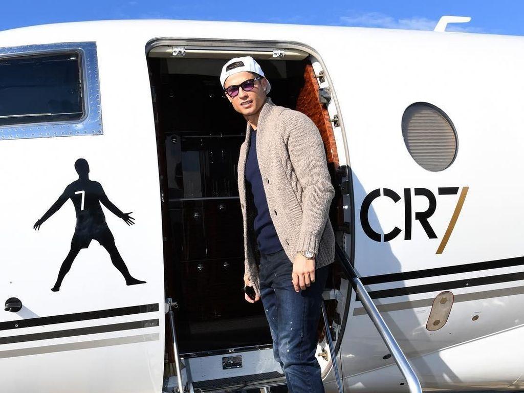 Foto: Gaya Cristiano Ronaldo di Jet Pribadi Mahalnya