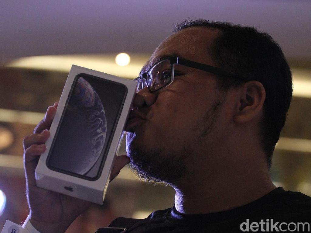 Suasana Antrean dan Ciuman Pembeli iPhone Anyar di Indonesia