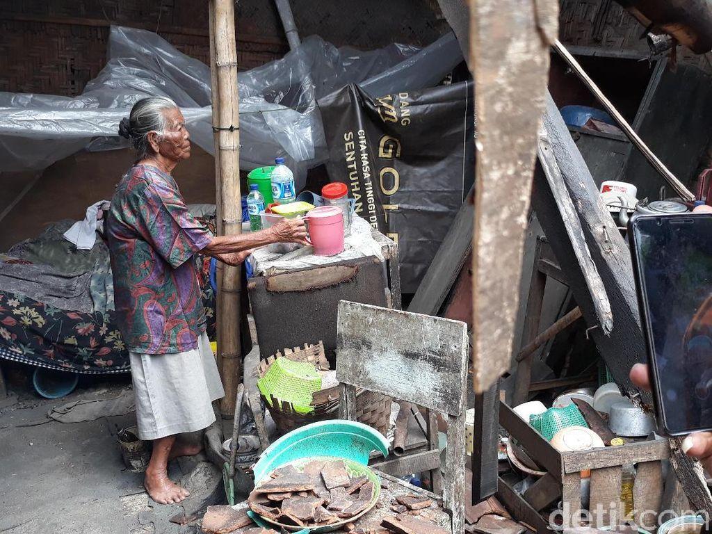Menjenguk Mbah Joyo, Hidup Seorang Diri di Rumah yang Nyaris Ambruk