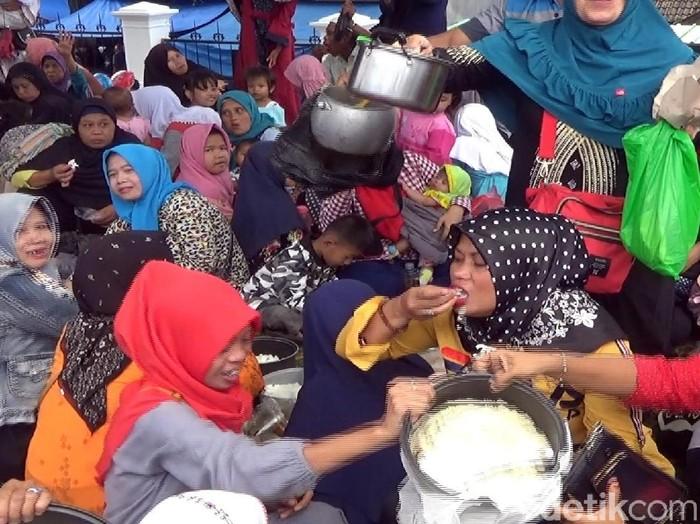 KPK Tangkap Bupati Irvan, Warga Cianjur Pesta Liwet