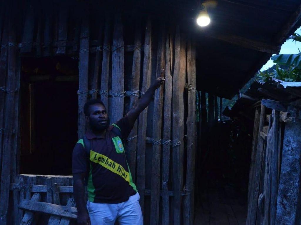 Senangnya Warga Pelosok Papua, Dulu Gelap Kini Terang