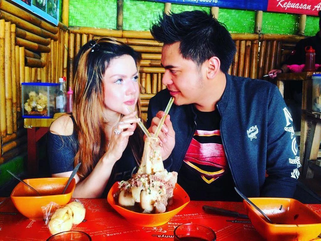 Lihat Aksi Seru Galih Ginanjar Saat Makan Sate Ular hingga Kepiting
