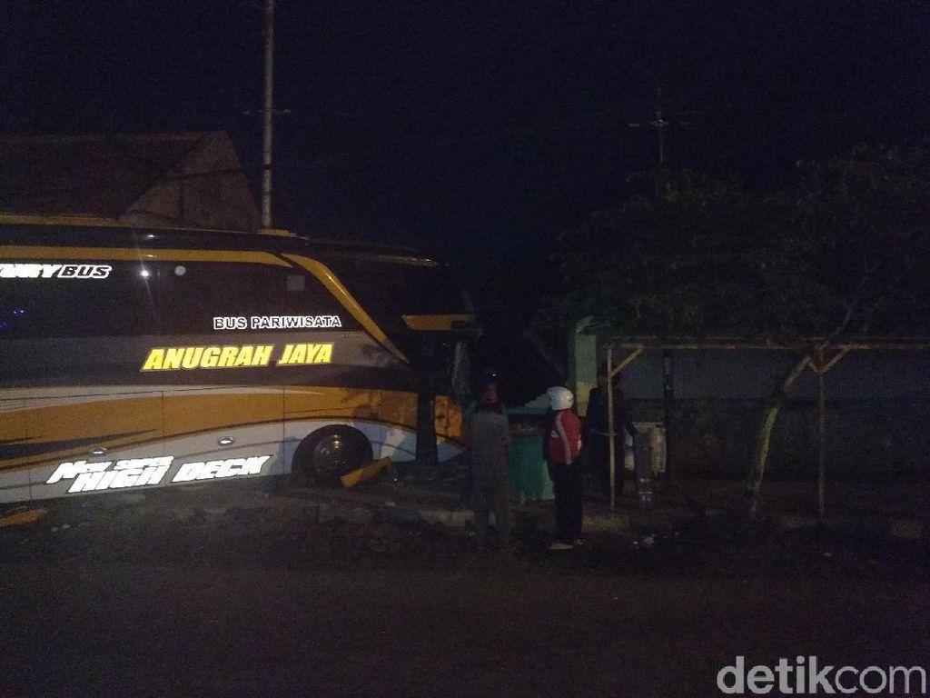 Bus Rombongan Pelajar dari Lamongan Tabrak Warung, Sopir Luka