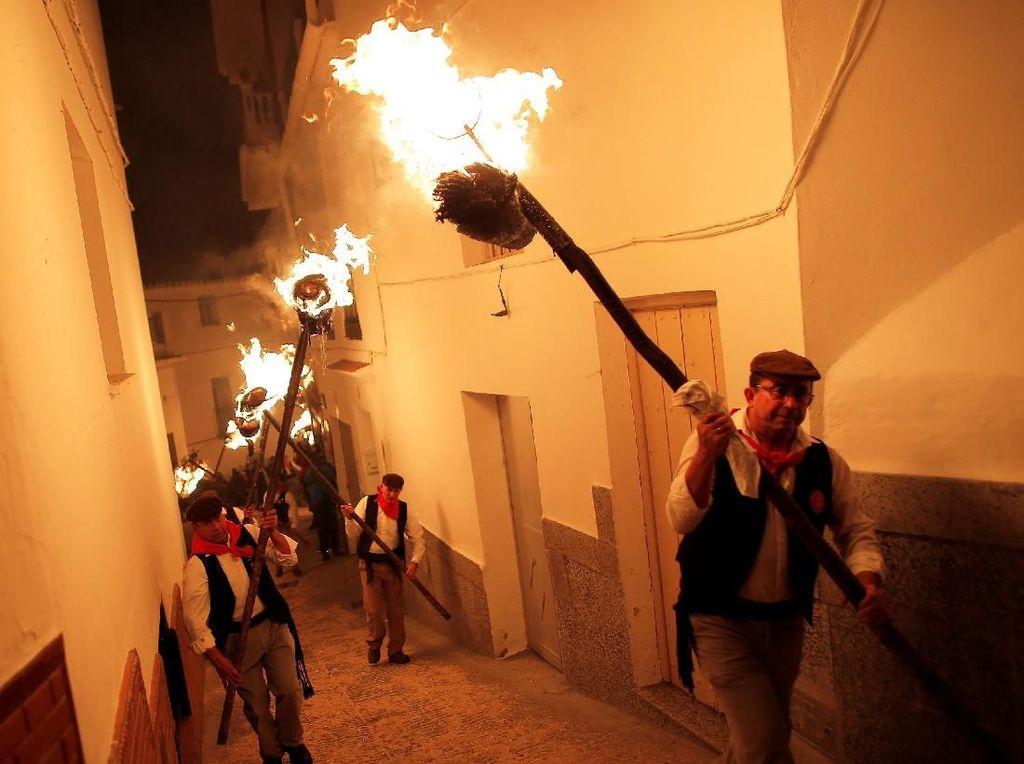 Begini Keseruan Pawai Obor di Malaga Spanyol